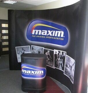 Messupöytä ja pop up seinäke Maxim